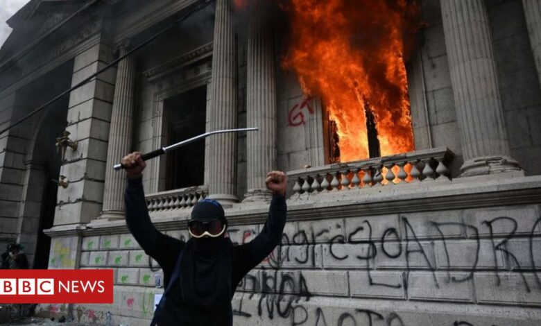 Guatemala: Congress on fire after protesters storm building