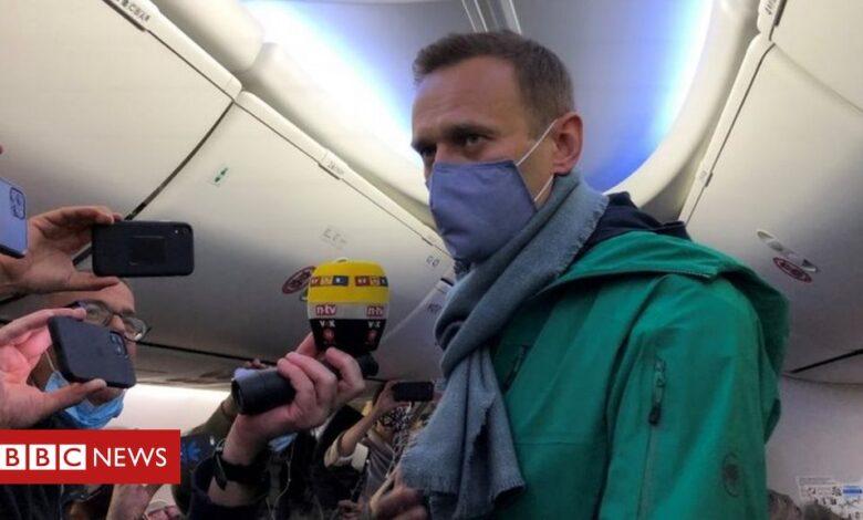Russia Navalny: Poisoned opposition leader flying home