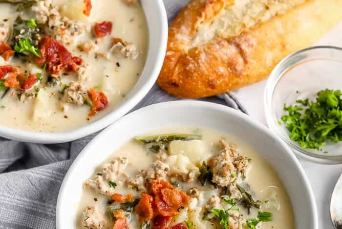 Zuppa Toscana in two bowls with bread on the side